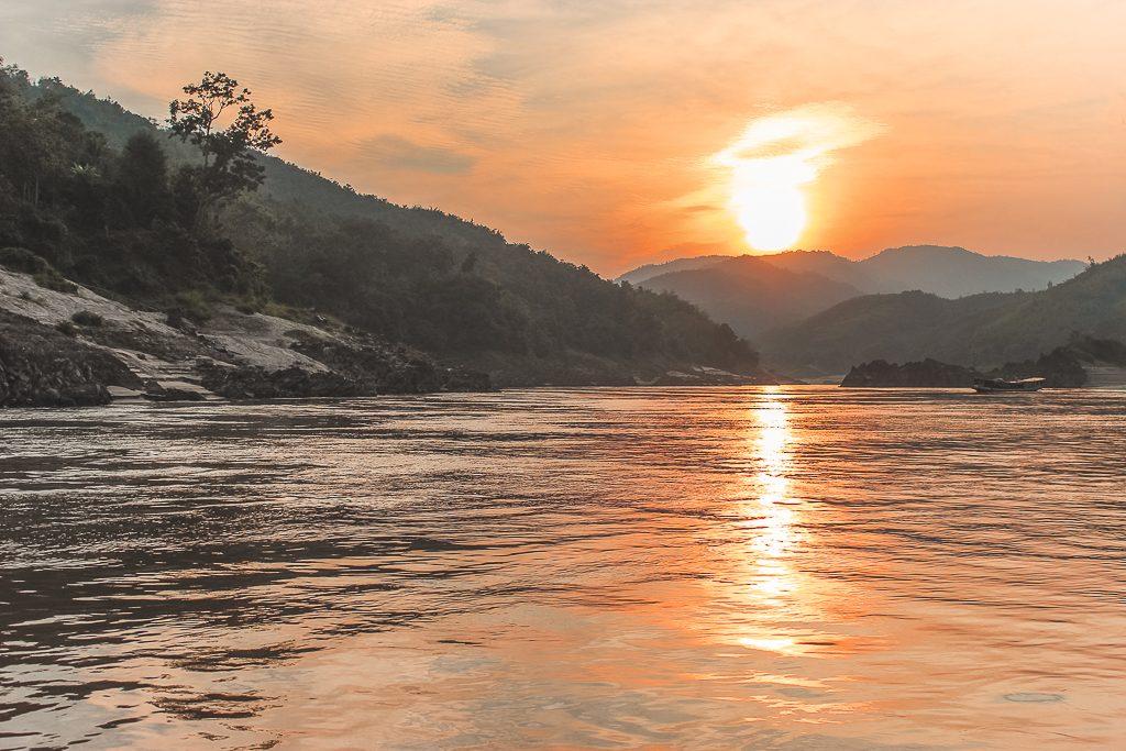 Een feloranje zonsondergang bij Pakbeng in Laos.