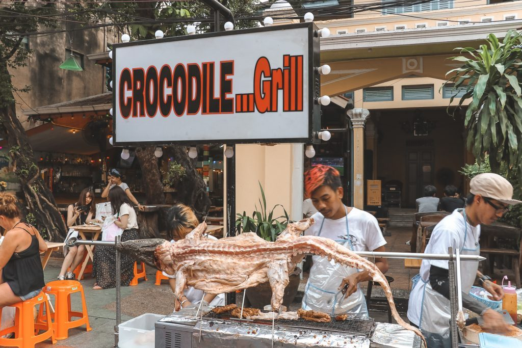 Krokodil aan spies boven barbecue in Bangkok.
