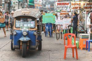 Een blauw tuktuk op Khao San Road in Bangkok.