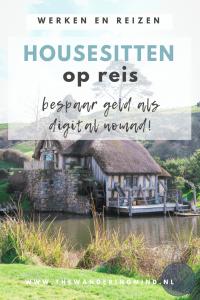 Hobbithuisje bij meer en groen weiland.