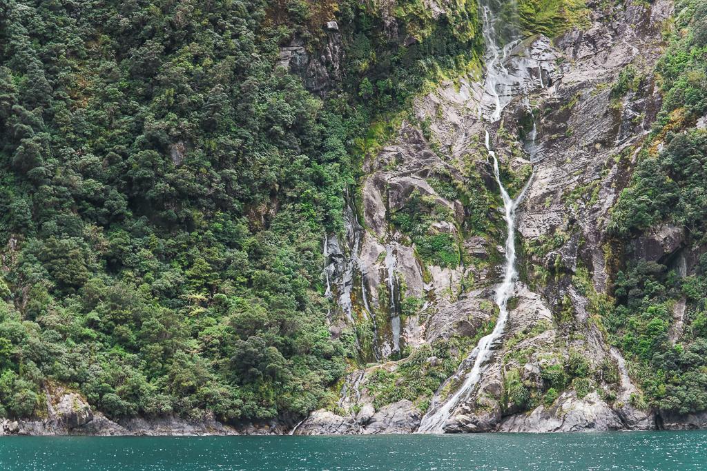 Een van de vele kleine watervallen in Milford Sound