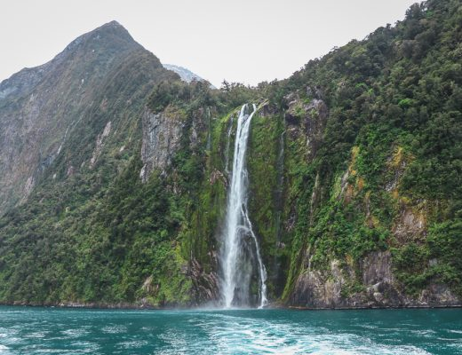 Een waterval in Milford Sound