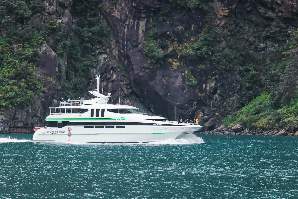 De witte catamaran van JUCY Cruise door Milford Sound
