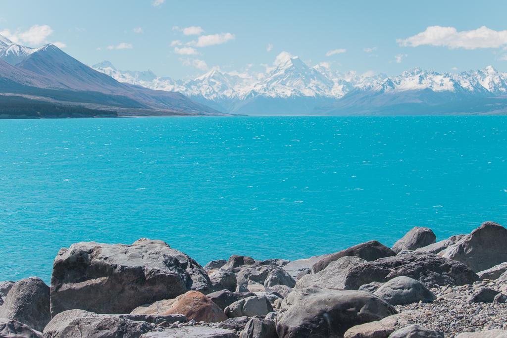 Het blauw meer Lake Pukaki met Mount Cook op de achtergrond.