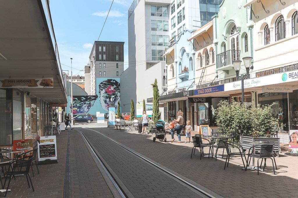 Gele, groene en blauwe huizen in New Regent Street, Christchurch