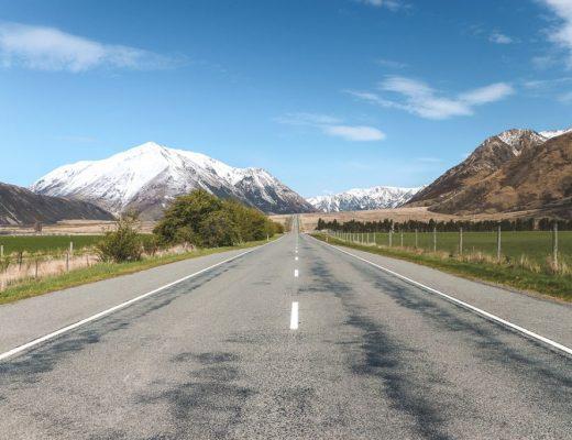 Rechte weg richting besneeuwde berg bij Arthur's Pass Zuidereiland Nieuw-Zeeland