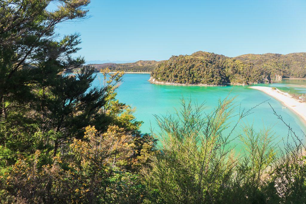 Felblauw water in Abel Tasman National Park
