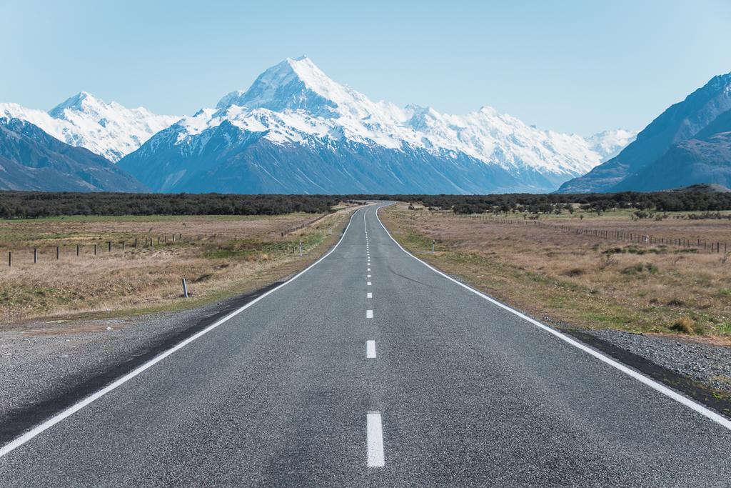 Weg richting besneeuwde berg Mount Cook Nieuw-Zeeland