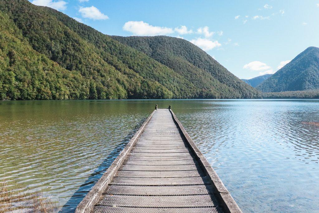 Aanlegsteiger over Lake Daniells in Nieuw-Zeeland met beboste heuvels