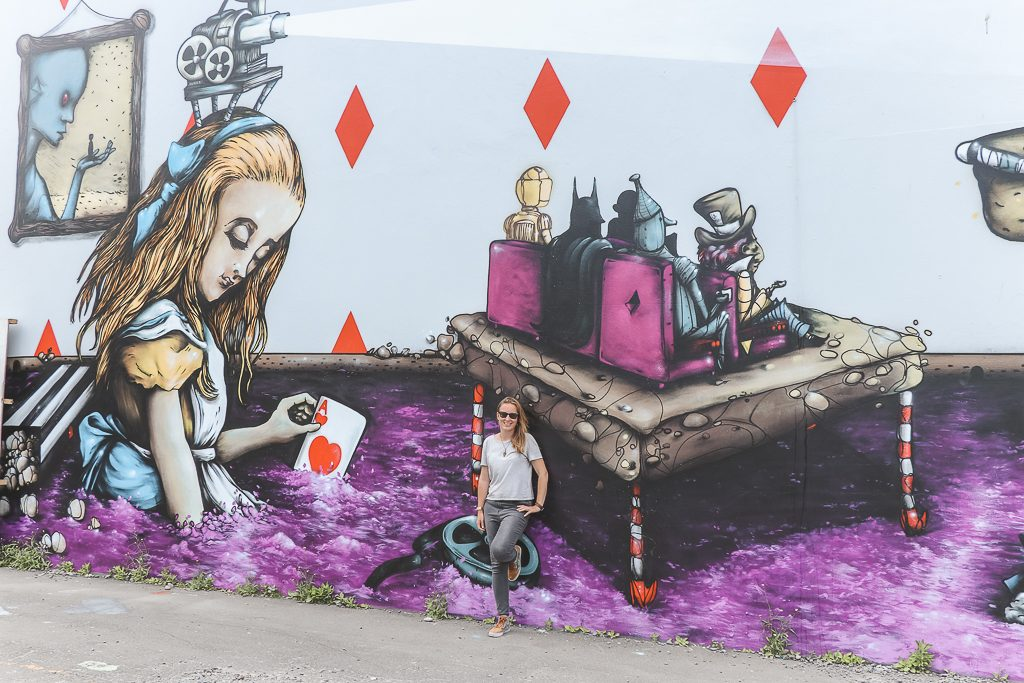 Alice in Wonderland thema street art op een muur
