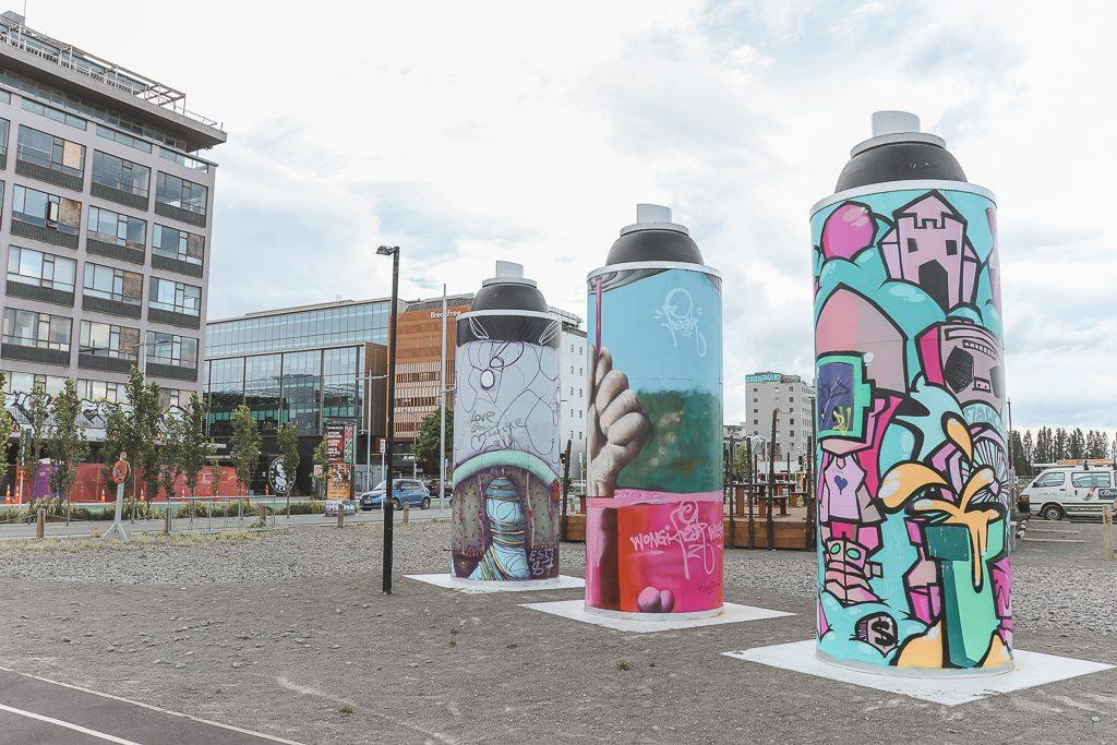 Spuitbussen als kunstwerk met kleurrijke schilderingen erop in Christchurch