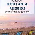 Drie strandstoelen op strand en roze lucht.