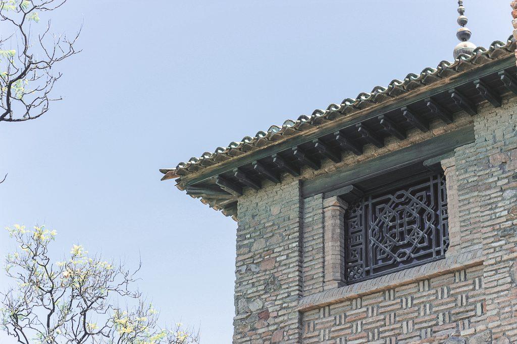 Stenen toren met ijzerwerk voor opening bij fort alcazaba