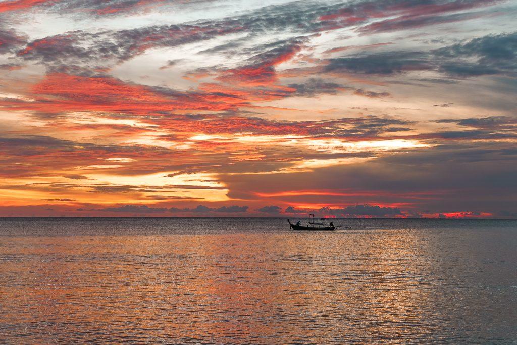 Oranje zonsondergang met dramatische wolken.