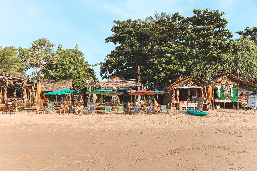 Bamboo café met parasols op strand Koh Lanta.