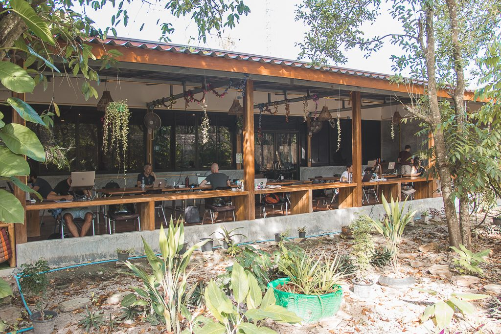 kohub: werkplek met tropische tuin voor digital nomads Koh Lanta.