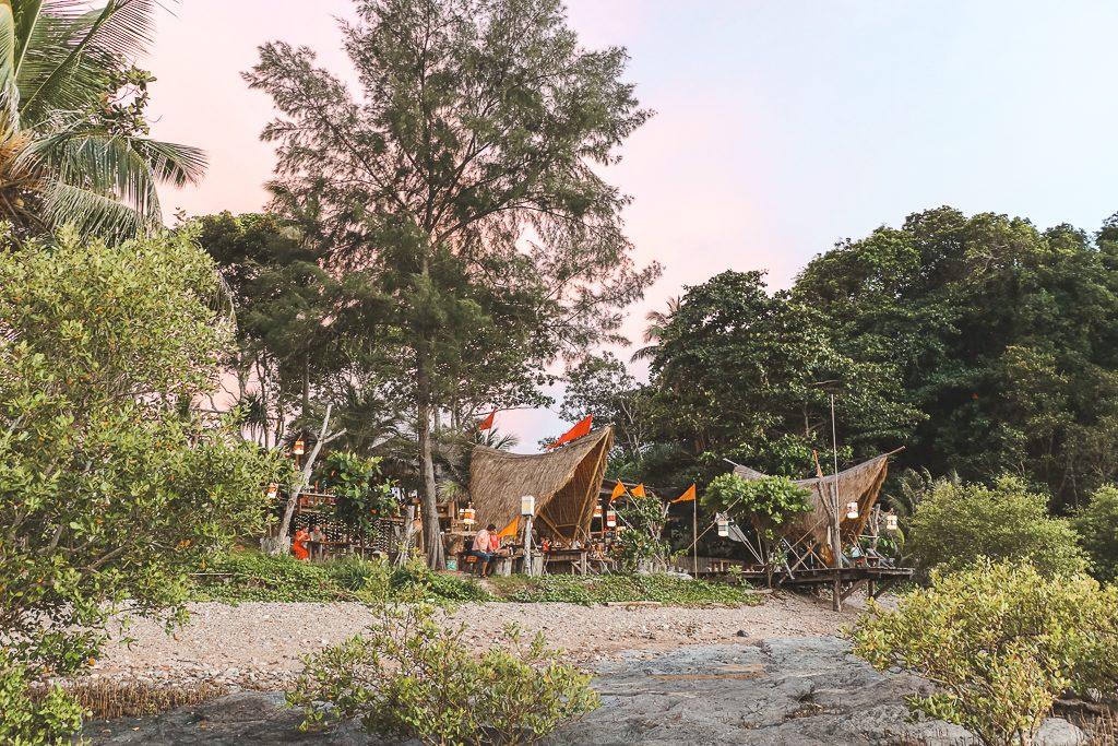 Bamboe bar op strand Koh Lanta