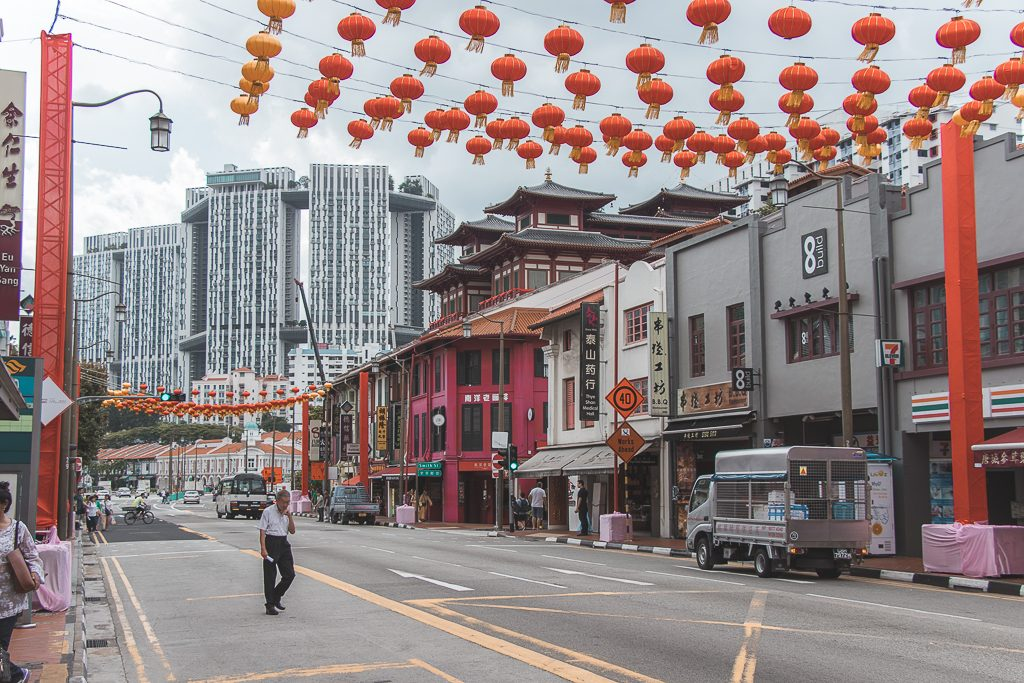 Rode lantaarns boven weg in Chinatown Singapore