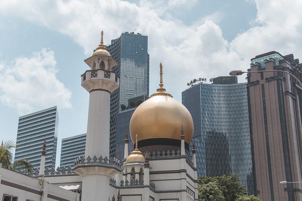 Masjid Sultan Moskee met gouden koepel in Singapore