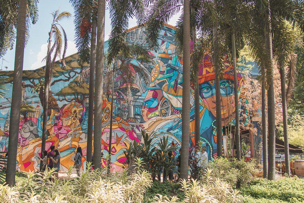 Street art met palmbomen ervoor in Singapore