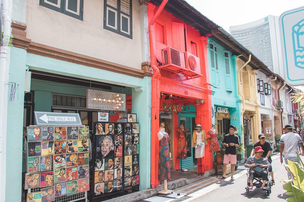 Felgekleurde winkels in Haji Lane in Singapore
