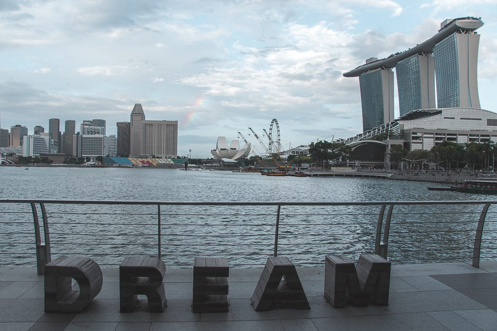De letters dream met uitzicht over Marina Bay Sands en Singapore Flyer.