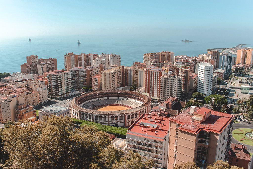 Uitzicht over Málaga met stierenstadion in het midden.