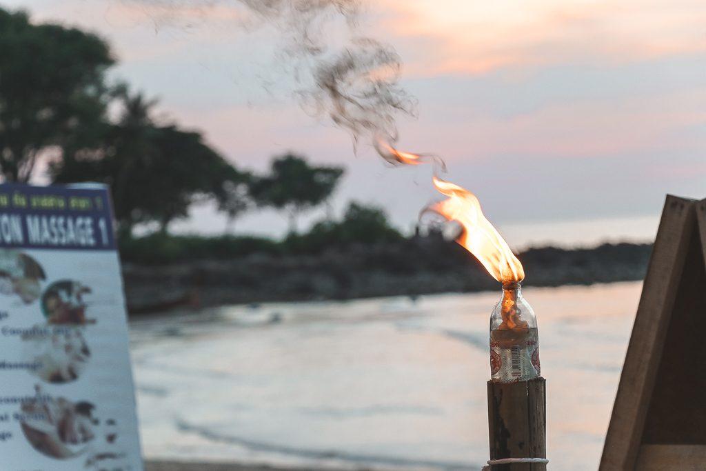 Brandend vuur op strand Koh Lanta