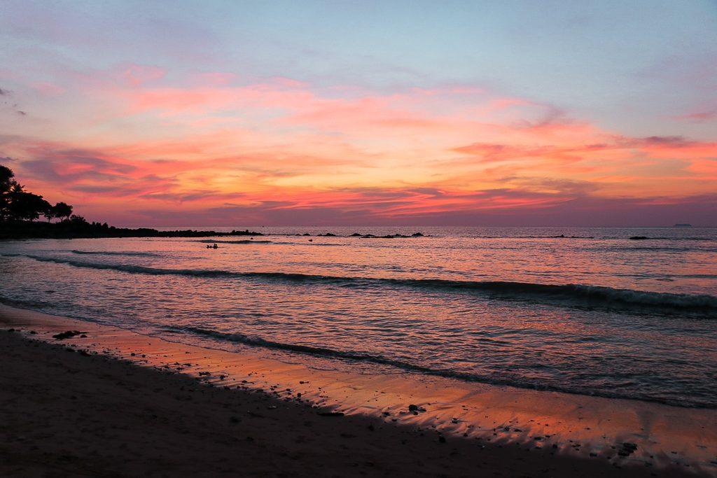 Oranje zonsondergang en kleine golfjes Koh Lanta.