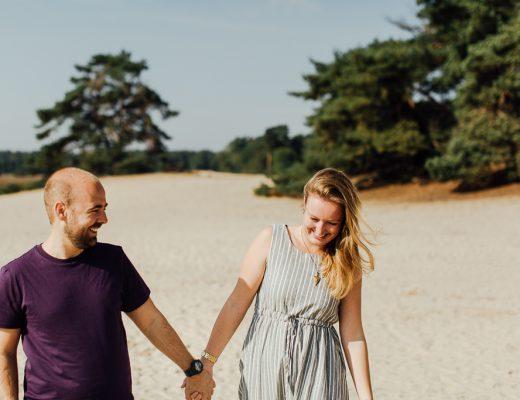 Daan en Danique lopend door zand.