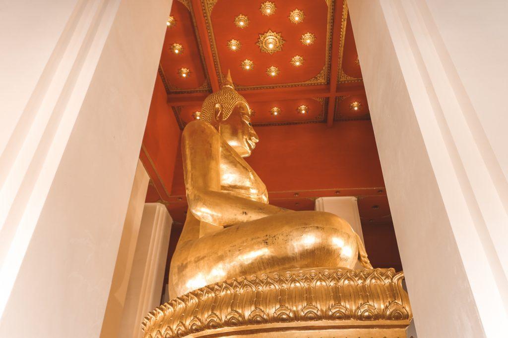 Gouden boeddha van 17 meter in witte tempel Ayutthaya.