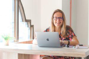 Vrouw achter laptop als digital nomad.
