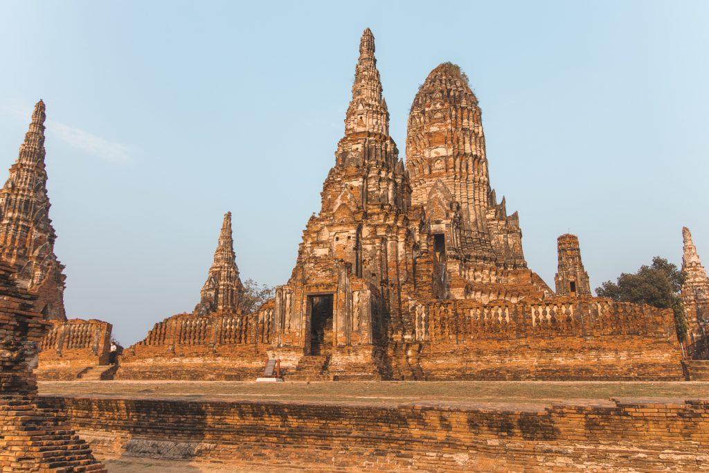 Zonlicht op stenen Wat Chai Watthanaram tempel in Ayutthaya.
