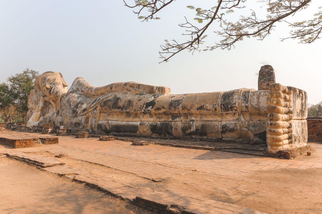 Liggende stenen boeddha bij Wat Lokayasutharam.