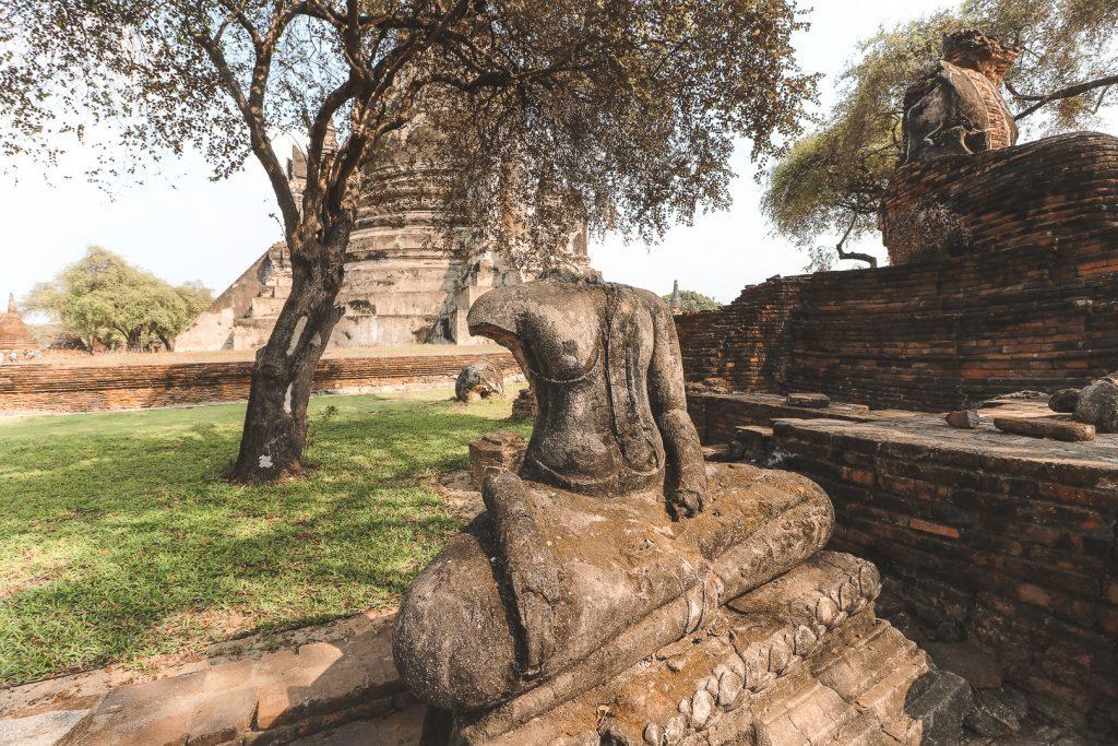 Onthoofde stenen boeddha bij Wat Phra Si Sanphet Ayutthaya.