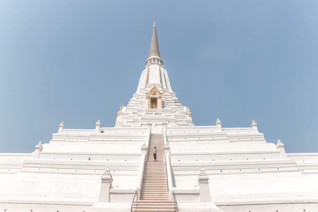 Witte stoepa met traptreden bij Wat Phu Khao Thong.