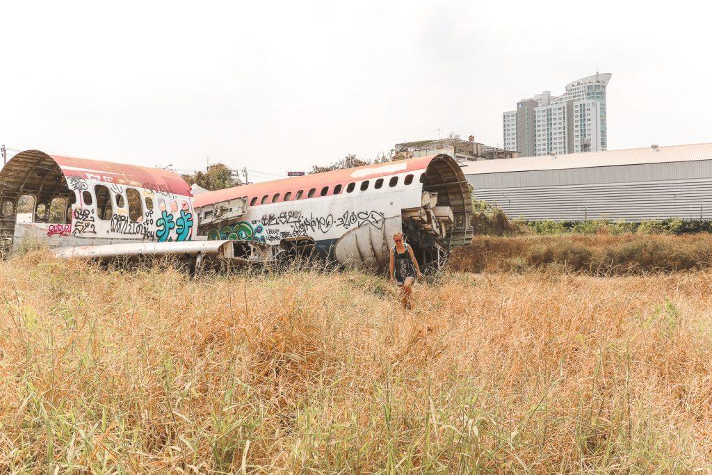 Achterkant van vliegtuig op dor grasveld.