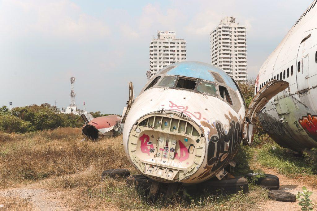 Vliegtuig zonder neus op Airport Graveyard.