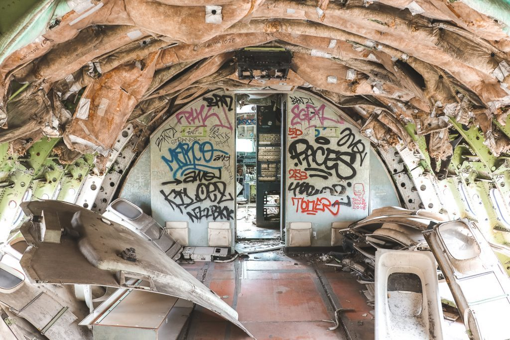 Graffiti in leeg vliegtuig.
