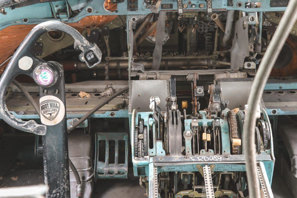Instrumenten in cockpit van verlaten vliegtuig.