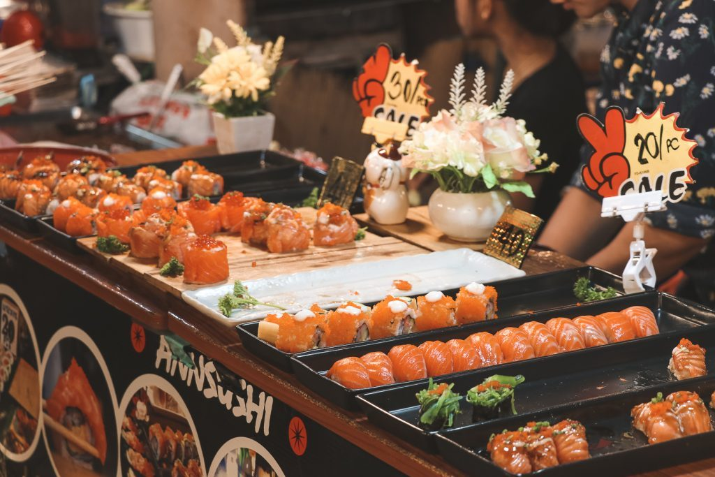Sushi op Ratchada Train Nigh Market