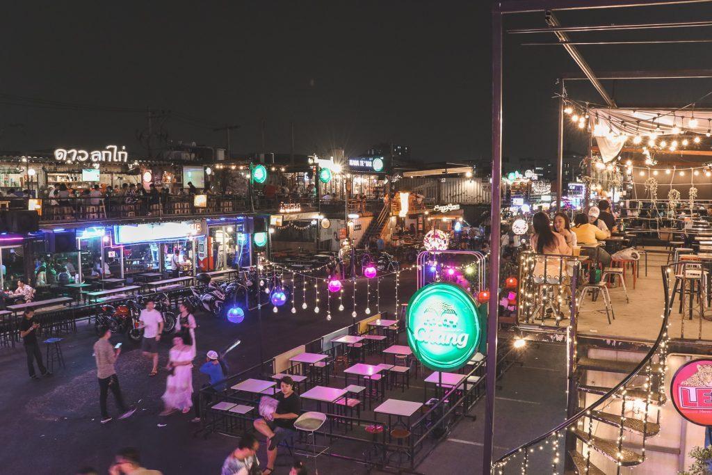 Uitzicht vanaf rooftopbar Ratchada Train Night Market