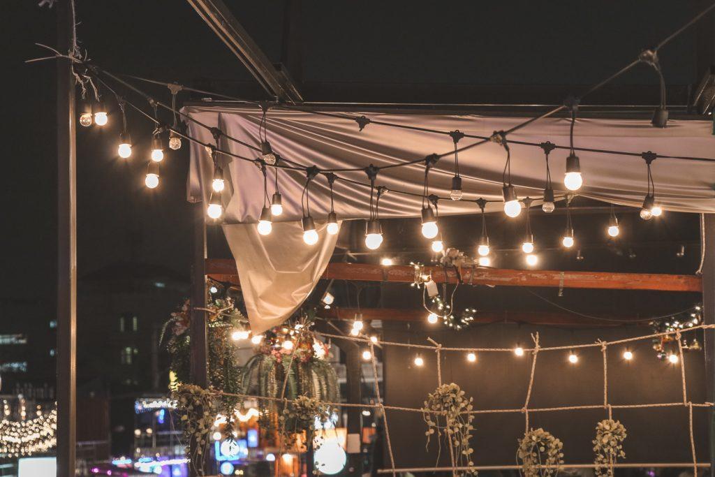 Streng met lampjes op avondmarkt Bangkok