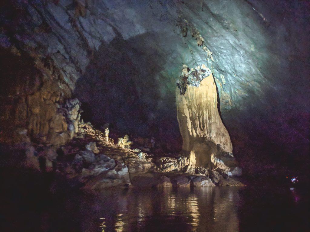Underground river met hoge rotsen in Palawan.