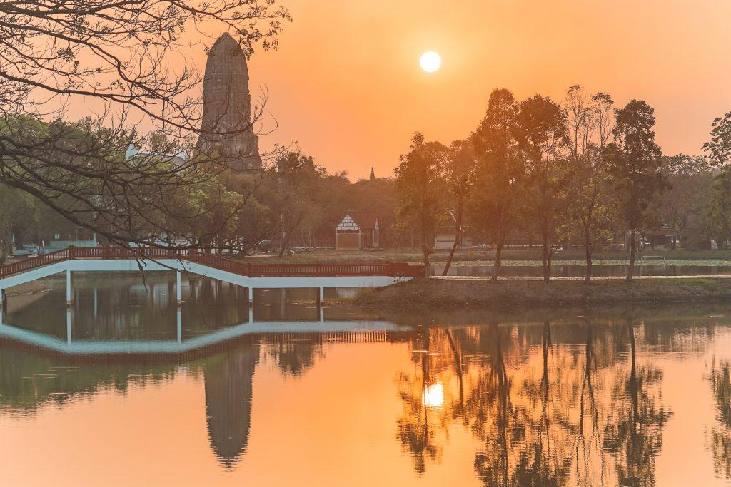 Oranje zonsondergang bij tempel Wat Phra Ram in Ayutthaya.