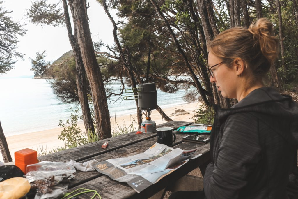 Op kaart kijken in Abel Tasman National Park