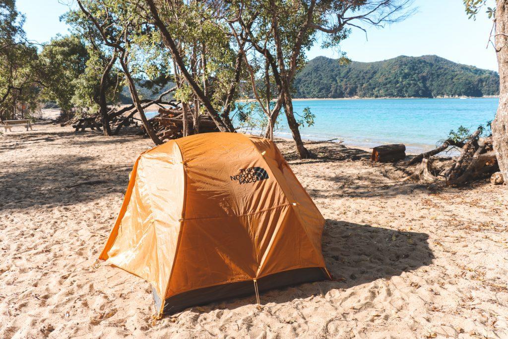Oranje tent op Onetahuti Bay