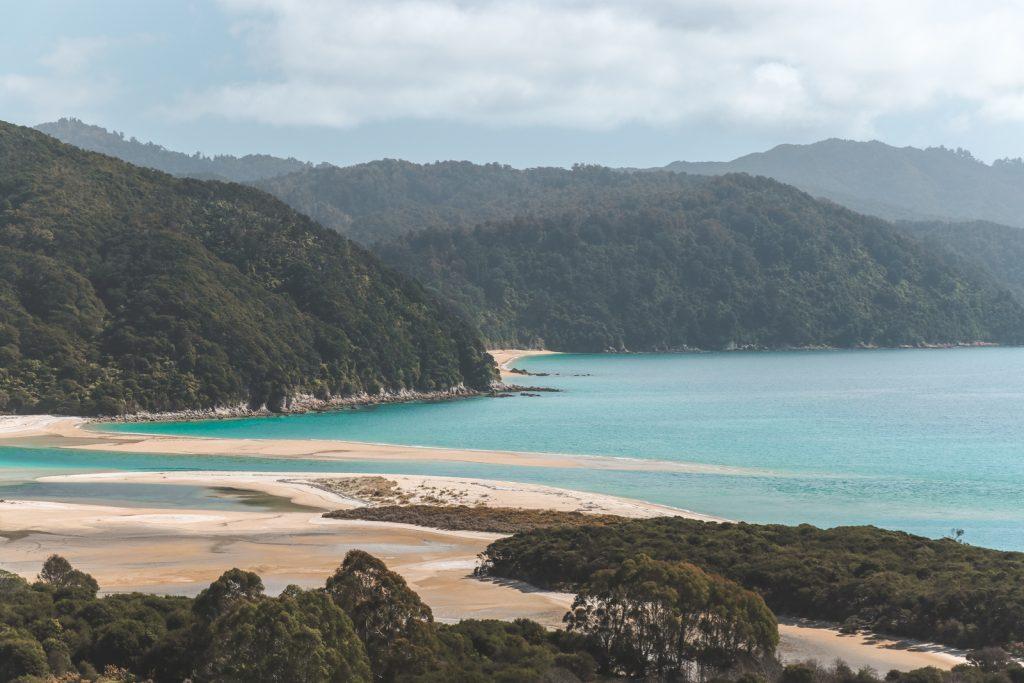 Helder water en zandbanken bij Awaroa