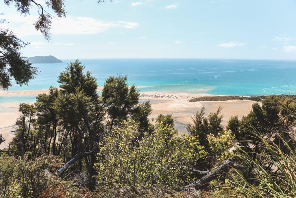 Uitzicht over zee vanaf Abel Tasman