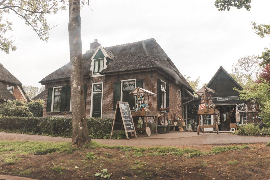 Historisch stenen huis in Giethoorn.